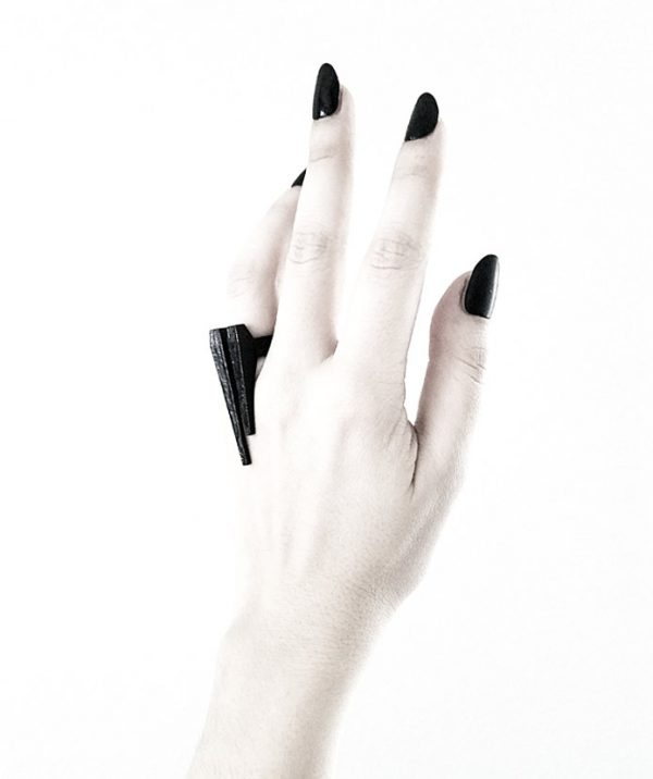 long-rannka-tusks-pointy-witchy-black-steel-ring